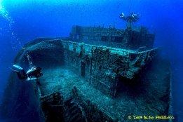 Une épave où évoluent des plongeurs