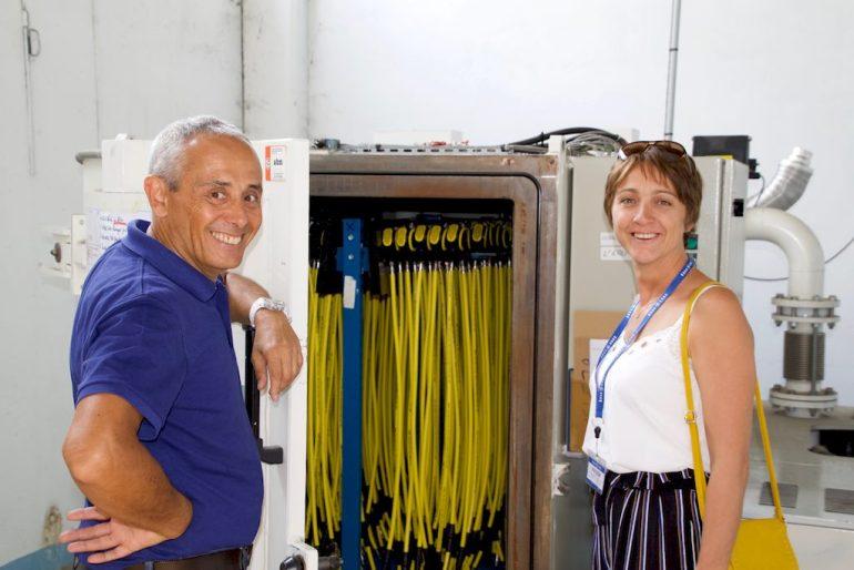 Hélène et Manuel Cabrere devant la machine servant à sécher les détendeurs dans l'usine Aqua Lung