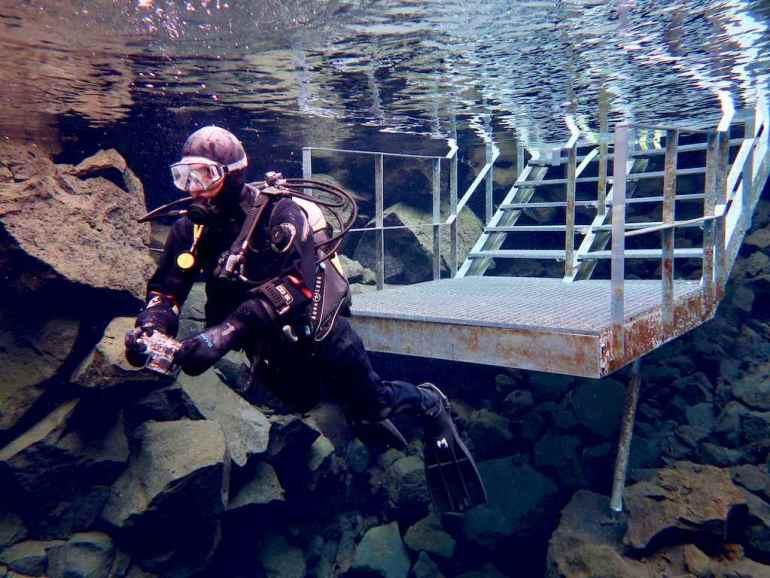 Hélène se prépare à plonger en Islande dans la faille de Silfra