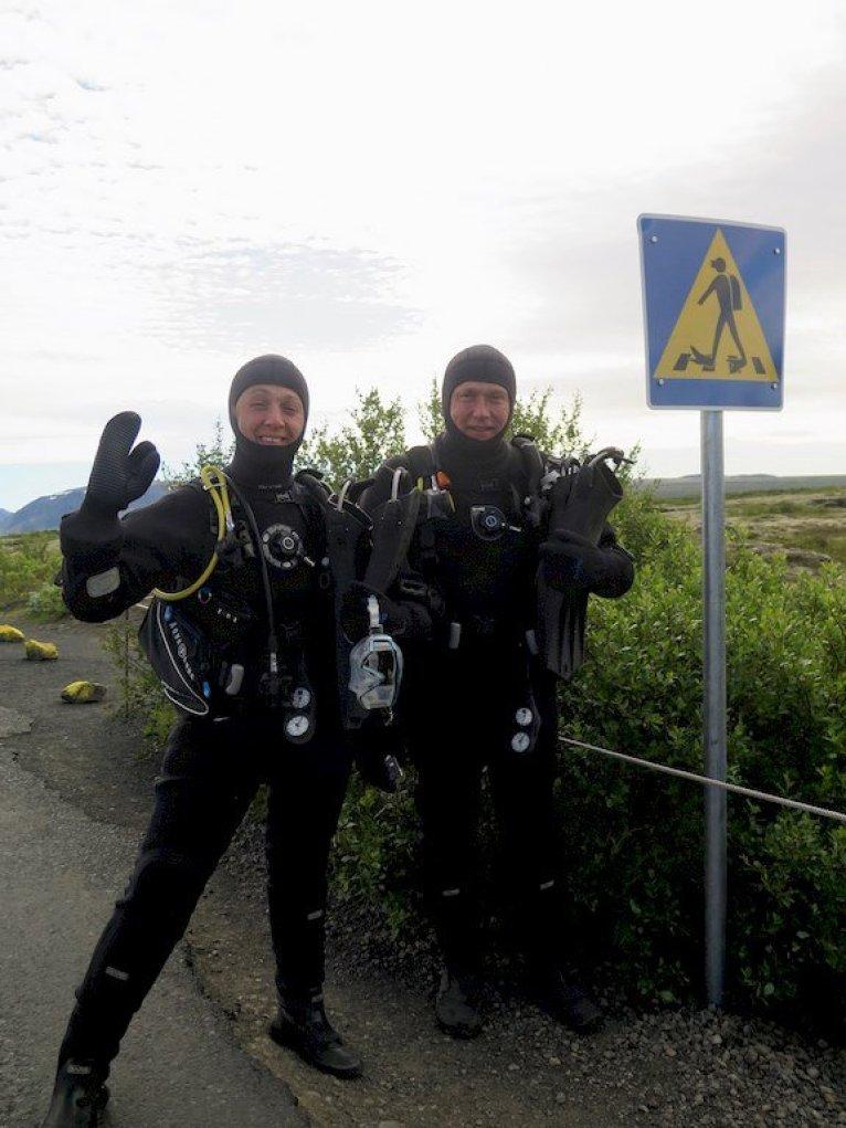 Plongeurs devant le passage pour plongeurs à Silfra