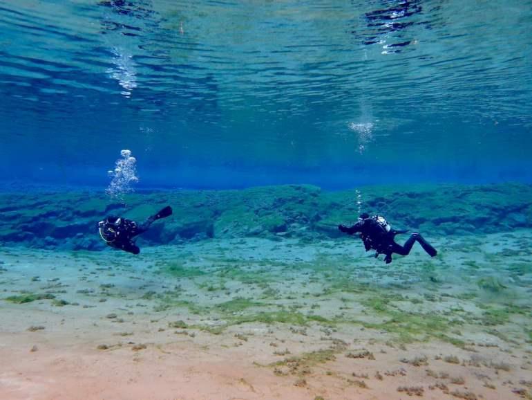 Deux plongeurs dans la faille de Silfra en Islande