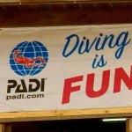 """Un drapeau avec le logo de PADI et l'inscription """"DIVING IS FUN"""""""