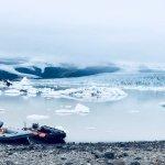 Deux bateaux au bord du lac près du glacier en Islande