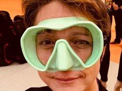 Hélène essayant un masque de plongée vert pomme