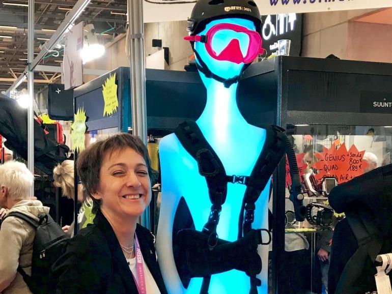 Hélène devant un mannequin portant un masque de plongée