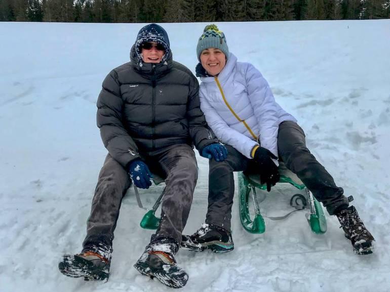 Deux personnes sur des luges après la plongée sous glace au lac du Lioson