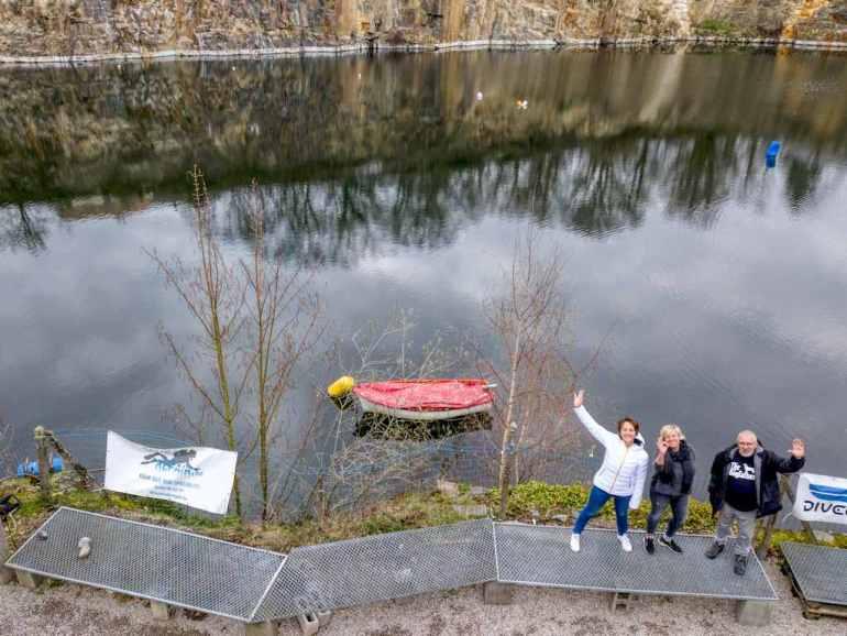 Hélène, Inge et Luc devant la mise à l'eau de la carrière de Dongelberg