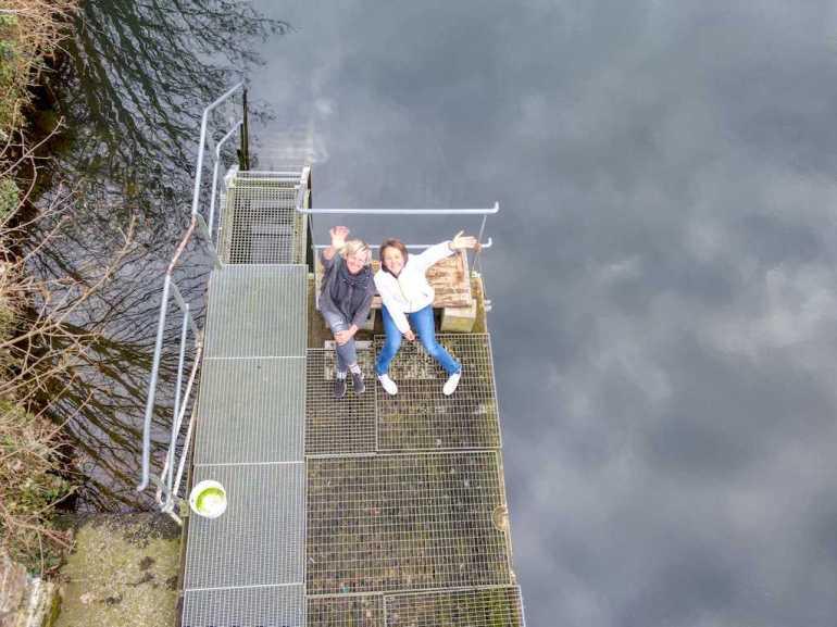 Hélène et Inge sur le ponton de la mise à l'eau