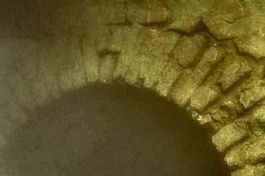 Une arche au fond de l'eau