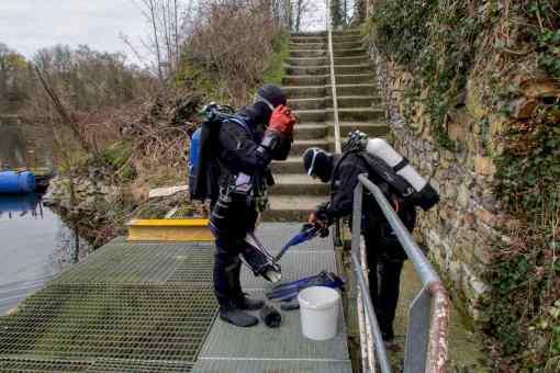 Hélène teste son gilet Rogue Aqua Lung en eau froide à Dongelberg