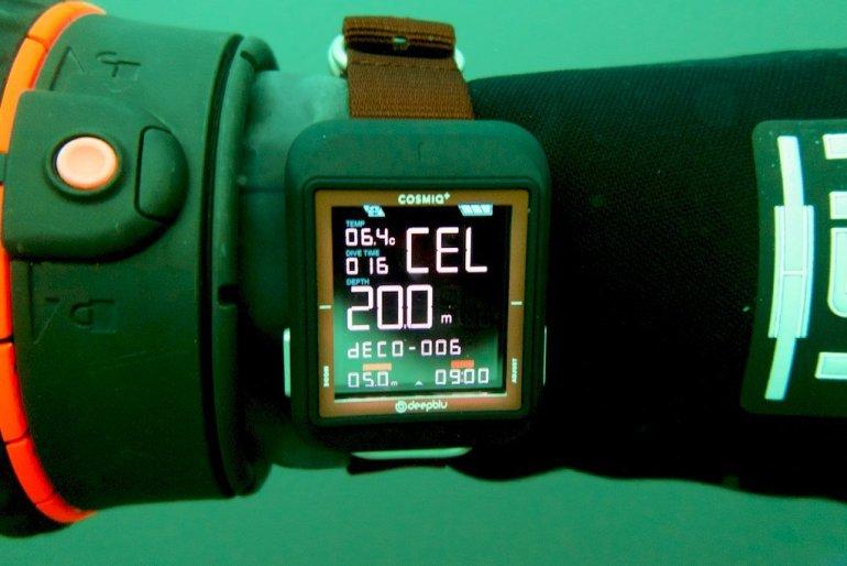 Affichage de l'ordinateur de plongée COSMIQ⁺ pendant la remontée