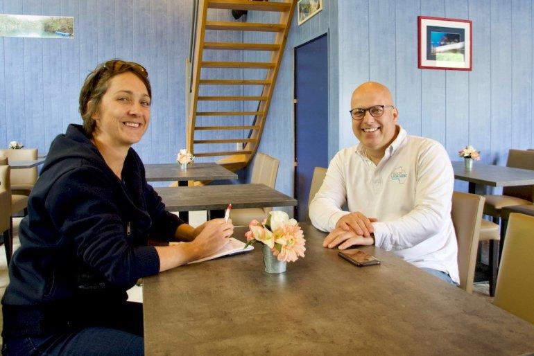 Hélène Adam et Thierry Hustin en pleine conversation dans le restaurant de la carrière de Rochefontaine