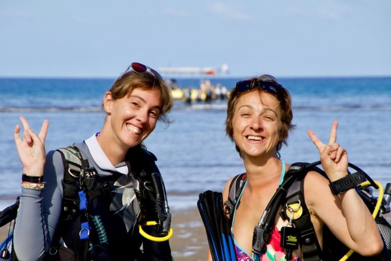 Hélène et Moray s'apprêtent à plonger au sud de Mayotte