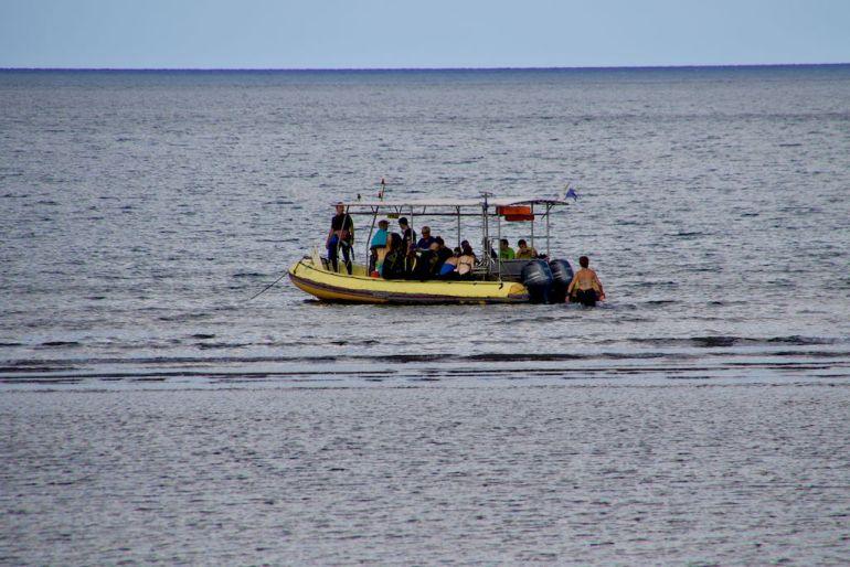 Le bateau du club Abalone s'apprête à emmener les personnes plonger au sud de Mayotte