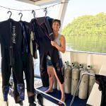 Il est important de savoir comment s'équiper sur un bateau de manière à garantir la facilité et l'aisance comme Hélène ici sur un bateau en Indonésie