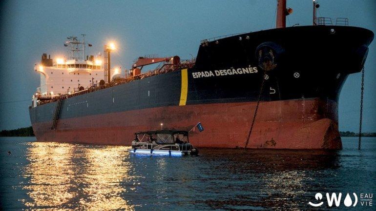 Un cargo amarré dans le fleuve du Saint-Laurent