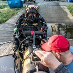 Nathalie Lasselin se prépare pour plonger dans un fleuve