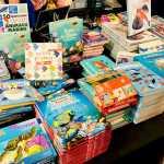 Des livres sur les océans pour les enfants exposés sur un stand au Salon de la Plongée de Paris