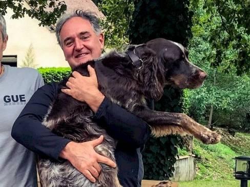 Laurent tient un chien dans ses bras