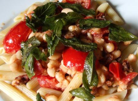 Pasta mit weißen Bohnen und Salbei