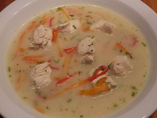 Hühner-Kokossuppe mit Limetten