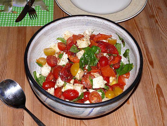 caprese salat mit gegrillter paprika gefunden bei jamie oliver lotta kochende leidenschaft. Black Bedroom Furniture Sets. Home Design Ideas