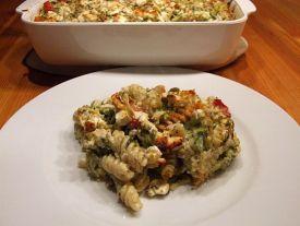 Portion Nudelauflauf mit Zucchini, Feta und Minze