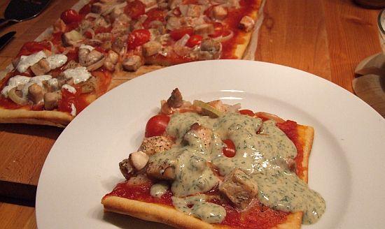 Portion Lachspizza mit Mango-Dill-Creme