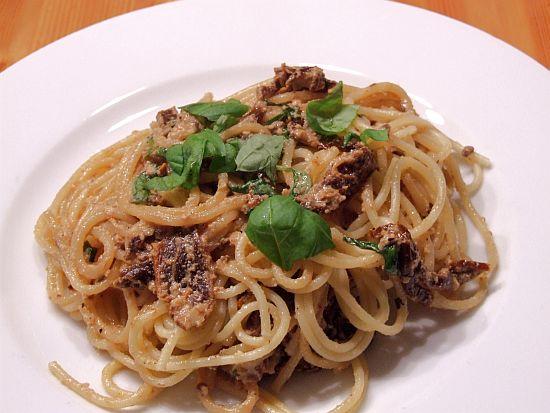Spaghetti mit Ziegenfrischkäse und getrockneten Tomaten
