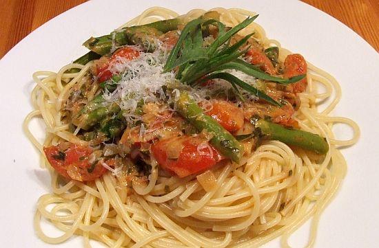 Pasta mit Spargel-Tomaten-Gemüse und Estragon