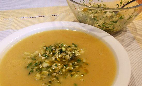 Foto: Portion Kartoffelsuppe mit Zucchini-Gremolata