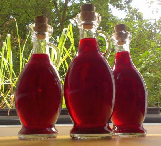Foto: selbstgemachter Himbeeressig in Flaschen abgefüllt
