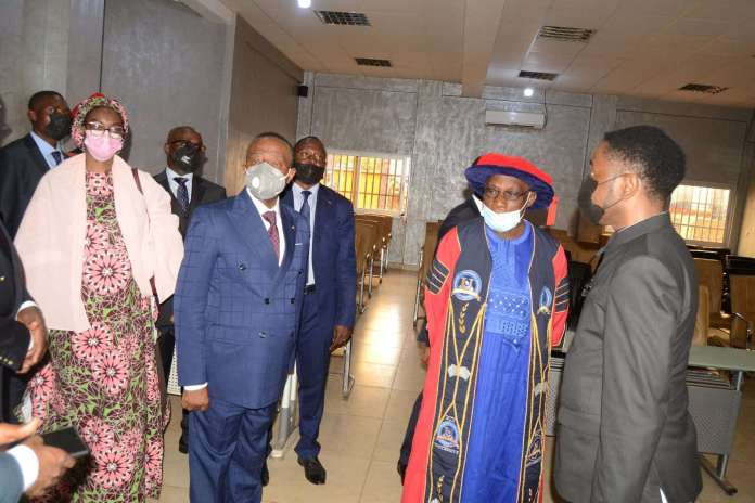 31 juillet 2021.Campus de l'ICT University de Yaoundé. Le président Olusegun Obasanjo et le Pr Jacques Fame Ndongo, ministre d'Etat, ministre des Enseignements secondaires, visitent les installations.
