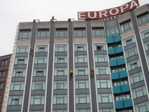 People are absaling off the front of the Europa hotel.