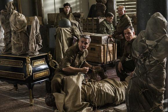 Frank Stokes (George Clooney), Sam Epstein (Dimitri Leonidas), James Granger (Matt Damon), Walter Garfield (John Goodman) und Preston Savitz (Bob Balaban) retten als MONUMENTS MEN Kunstschätze vor den Nazis