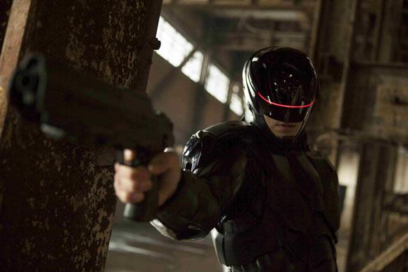 RoboCop Alex (Joel Kinnaman) nimmt seine Gegner genau ins Visier.