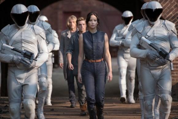Aktuell auf DVD und Blu-ray ist Die Tribute von Panem- Catching Fire erschienen. Diese Szene zeigt Katniss Everdeen (Jennifer Lawrence, vorne), Peeta Mellark (Josh Hutsherson, Mitte) und Haymitch Abernathy (Woody Harrelson, hinten) flankiert von den sogenannten Friedenswächtern des Kapitols