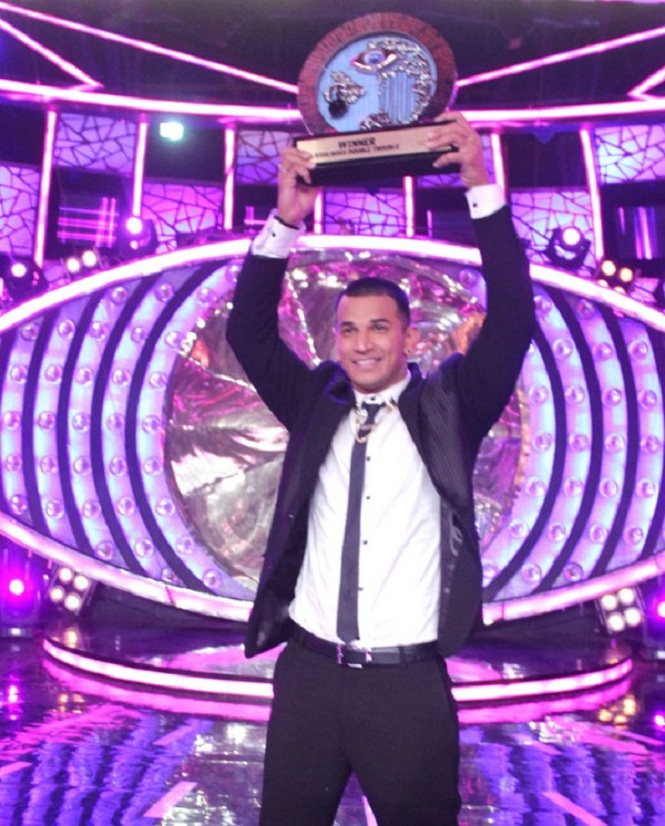Prince-Narula-with-Bigg-Boss-9-trophy