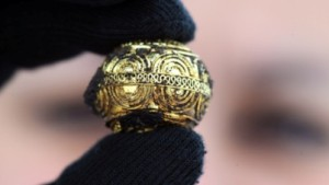 image of a decorated, ornate gold ring from the Heuneberg excavation