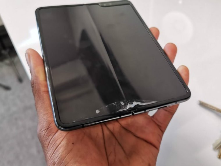 galaxy fold broken screen