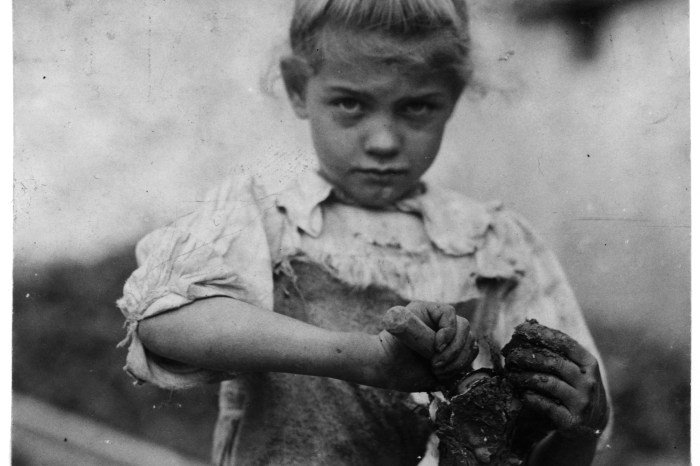 4Lewis_Hine,_7-year_old_Rosie,_oyster_shucker,_Bluffton,_South_Carolina,_1913.b&w