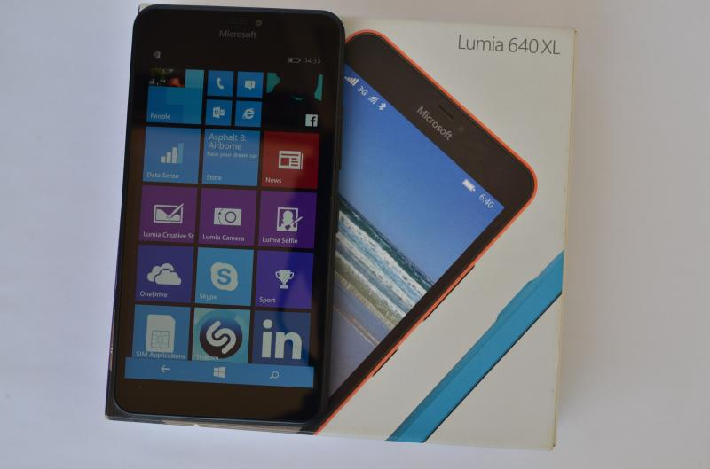 Lumia_640XL_box_with_phone2