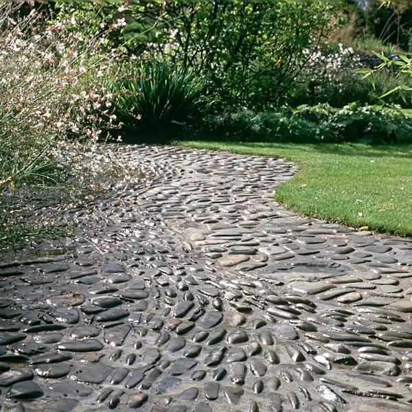 32 Amazing Pebble Garden Paths | DigsDigs on Pebble Yard Ideas id=70472
