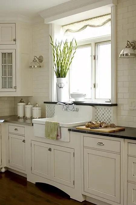 35 Cozy And Chic Farmhouse Kitchen Décor Ideas - DigsDigs on Farmhouse Kitchen Sink Ideas  id=92744