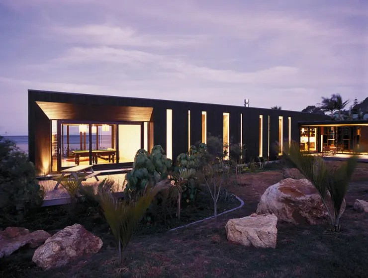 Single Story Two Wings House With Dark Cedar Cladding On Hot Water Beach Digsdigs
