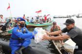 Korpolairud Baharkam Polri Bagikan 2.000 Paket Sembako untuk Nelayan