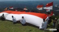 TNI, Polri dan warga masyarakat mengibarkan bendera merah putih di puncak gunung Sunu