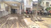 Pasca Banjir, Petugas Bersama Masyarakat Mulai Membersihkan Rumah