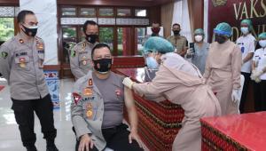 vaksinasi kapolda NTT