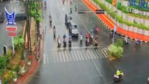 Rabu Pagi, Pengendara Lengang di Persimpangan Jalan Putri Hijau